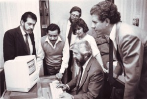 El director del Fortín Mapocho Alberto Gamboa realiza cambio de Folio digital junto a la gerente Miriam Fliman y a trabajadores del diario.