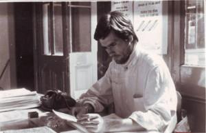 Claudio Ramirez en su trabajo de recepcionista en la redacción del diario.