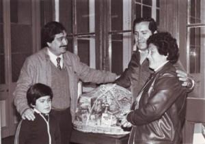 Felipe Pozo entrega premio de canasta familiar de concurso semanal para los lectores.